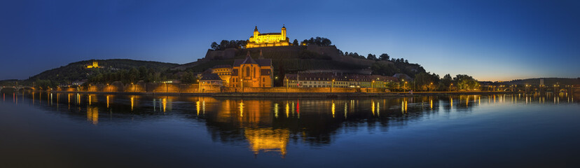 Deutschland, Bayern, Würzburg, Panoramablick auf Festung Marienberg und Kapelle bei Einbruch der Dunkelheit