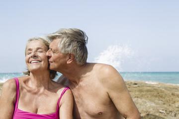 Spanien, Senior Mann küssen Frau, Nahaufnahme