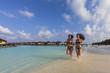 Malediven, Junge Frau und Teenager-Mädchen auf Strand laufen