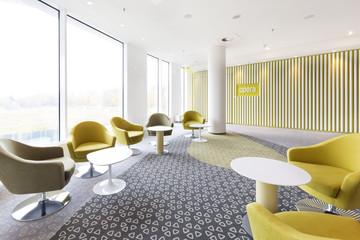 Polen, Warschau, Sitzmöbel in der Lounge des Hotels