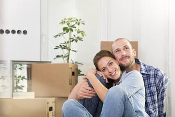 Junges Paar genießt neues Zuhause