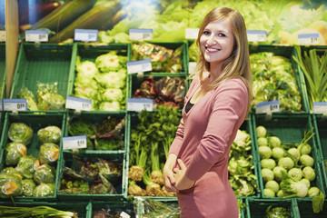 Deutschland, Köln, junge Frau im Supermarkt
