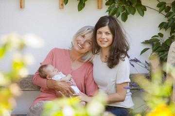 Deutschland, Bayern, Drei Generationen sitzen zusammen