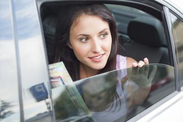 Junge Frau, die aus Autofenster schaut