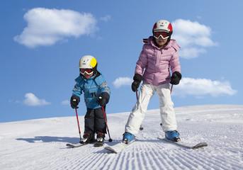 Schweiz, Junge und Mädchen, Skifahren im Schnee