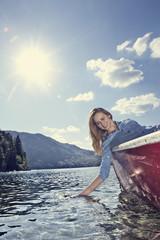 Deutschland, Bayern, Junge Frau sitzt im Ruderboot