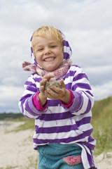 Dänemark, Ringköbing, kleines Mädchen bilden sandball