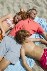 Spanien, Großvater und Enkel Entspannung am Strand