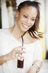 Deutschland, Junge Frau hält Glas Cola