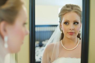 USA, Texas, Junge Braut Blick in den Spiegel