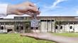 Deutschland, Hand Austausch Hausschlüssel Fabrikgebäude