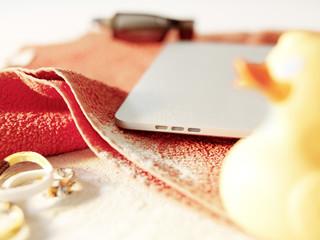 Digitales Tablet PC am Strand Handtuch Symbol für die Sommerferien
