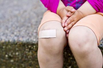 Deutschland, Kiel, Mädchen mit Pflaster auf dem Knie