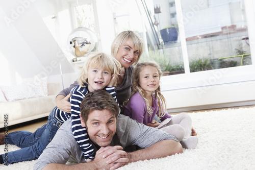 Deutschland, München, Familie auf dem Boden liegend