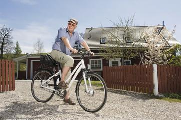 Deutschland, Bayern, Mann fährt Elektro-Fahrrad