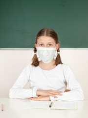 Schülerin trägt eine Atemschutzmaske
