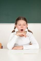 Gähnende Schülerin