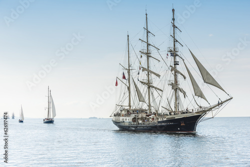 Papiers peints Fluvial Tall ship on blue water horizontal
