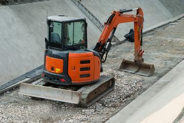 Ruspa escavatore, cantiere rifacimento argini
