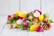 Tulpen auf weissem Holz mit freiem Platz
