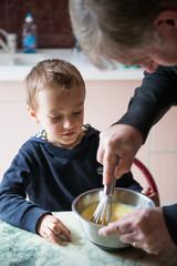 enfant apprenant la cuisine