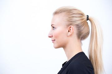 Schöne Blondine im Profil  vor weißem Hintergrund