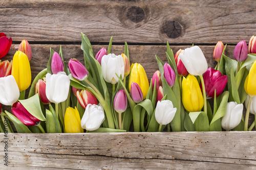 Foto op Plexiglas Tulp Tulpen auf altem Tisch mit freiem Platz