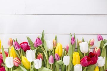 Tulpen auf weissem Holztisch