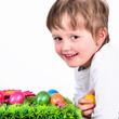 Junge mit vielen Ostereiern
