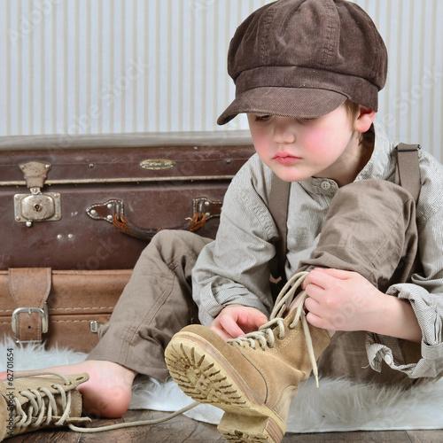 Junge beim Schuhe binden