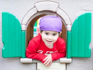 Bambina al parco divertimenti