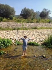 Bambino nel torrente