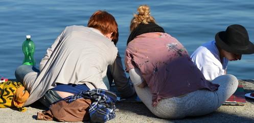 jeunes en bordure du lac