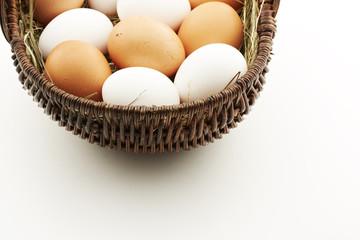 Korb mit Hühnereier, oben angeschnitten