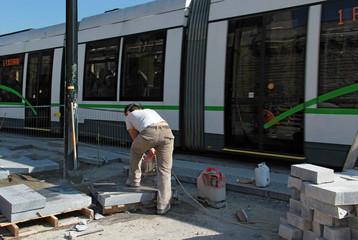 Coupe de blocs de granite à proximité du tramway