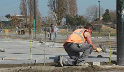 Construction d'un plateau piétionnier près du tramway
