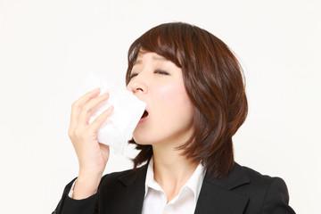 花粉症に苦しむビジネスウーマン