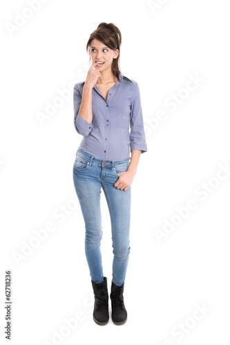 Junge nachdenkliche Frau in engen Jeans isoliert