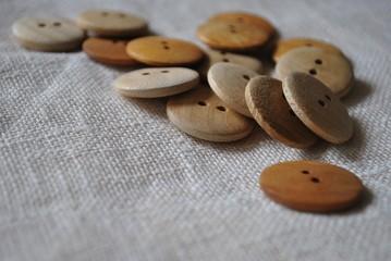Drewniane guziki i len