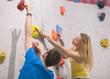 Deutschland, Bayern, München, Junger Mann hilft Frau zu klettern