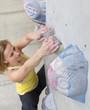 Deutschland, Bayern, München, junge Frau klettern