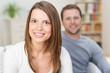 glückliche frau mit ihrem partner zu hause