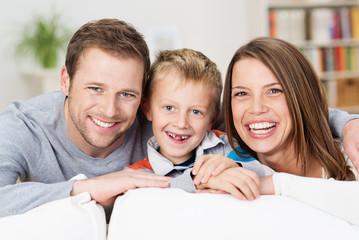 lachende familie auf dem sofa