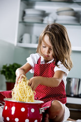 Deutschland, Mädchen spielen mit Spaghetti