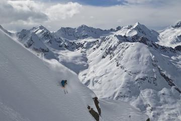 Österreich, Tirol, Mann Freeride skifahren