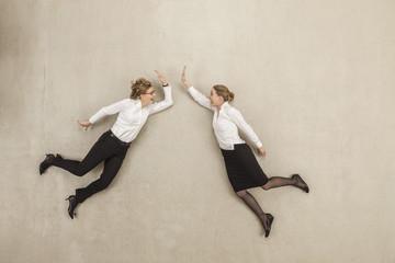 Geschäftsfrauen, die Höhe fünf
