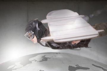 Deutschland, Brandenburg, Junge über der Erde fliegen