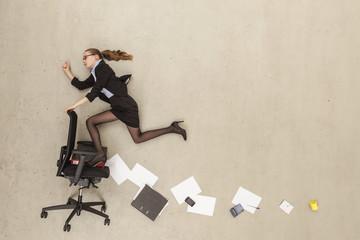 Business- Mädchen im Büro läuft
