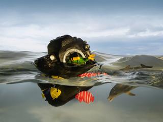 Stilleben mit Kamera im Wasser, Spielzeug Taucherschwimmen innerhalb von Fischen umgeben