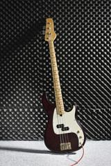 Deutschland, E- Bass-Gitarre gegen die Wand